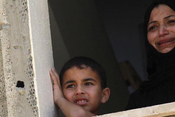 Familiares de la familia palestina Kawarea lloran durante el funeral por...