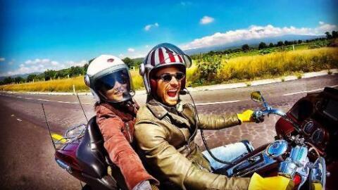 Angelique Boyer y Sebastián Rulli en moto