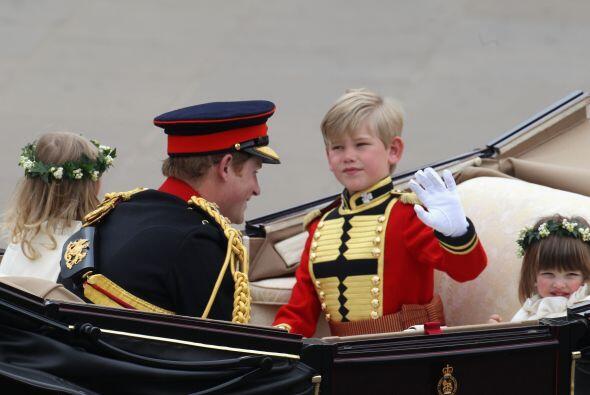 El príncipe Harry -con los niños Tom Pettifer y Eliza Lope...