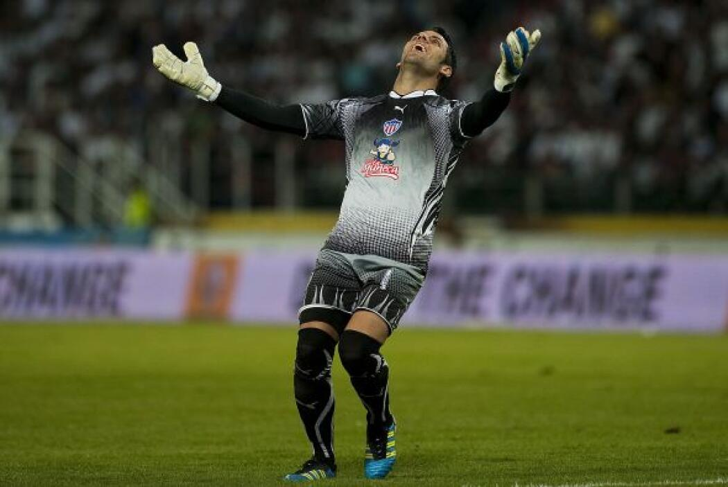 El guardameta uruguayo Sebastián Viera, figura absoluta del partido, ata...