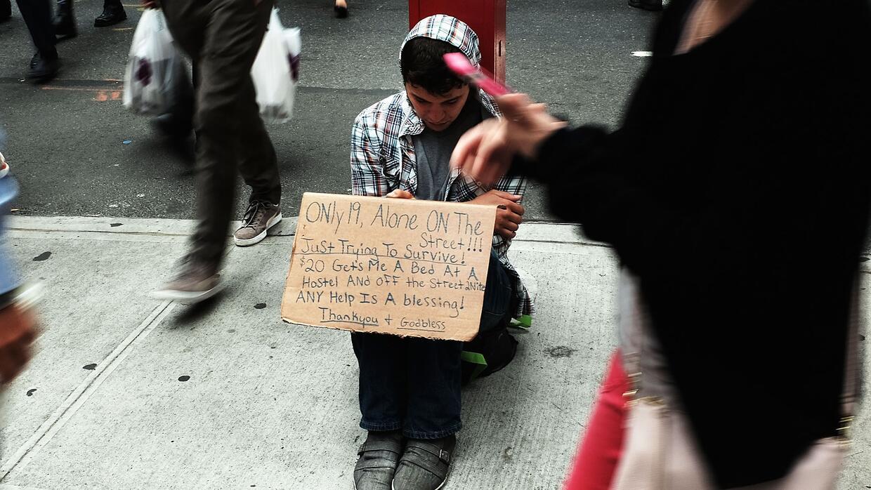 Un adolescente pidiendo dinero en las calles de Manhattan, en mayo de 2015.