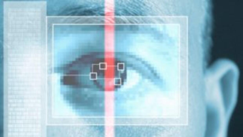 El sistema E Verify se accede por Internet y le permite al Departamento...