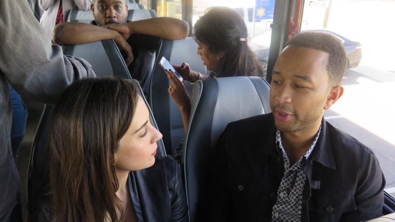 Mariana Atencio con John Legend en el autobus que los condujo a Eloy