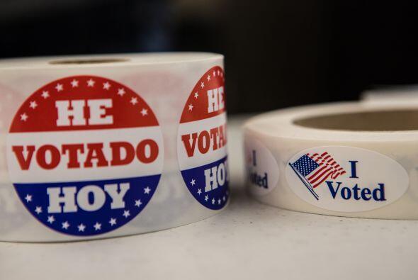 Votantes latinos como José Alvarez y su familia, de origen salvadoreño,...