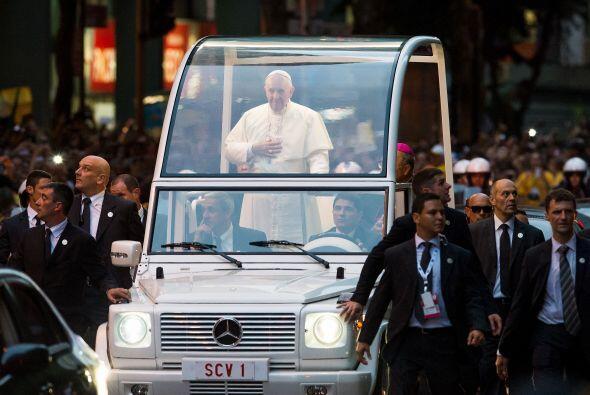 Los policías en traje civil que corrían junto al vehículo papal tuvieron...