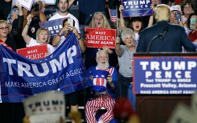 Los seguidores del candidato republicano Donald Trump celebran en un act...