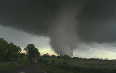 Vea de cerca el tornado que azota a Oklahoma