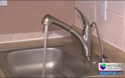 Residentes de Elgin y Aurora denuncian mal olor y sabor del agua