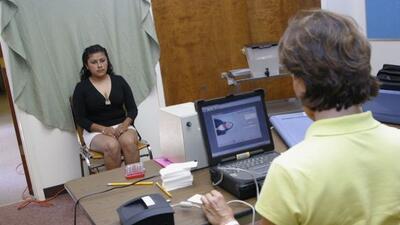 Esta ciudadana mexicana se retrata para la matrícula consular que da fe...