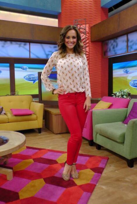 Nos encanta como se ve María Elisa Camargo con ese rojo tan brillante co...