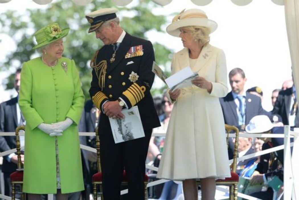 La reina Isabel II de Inglaterra, el príncipe Carlos de Inglaterra y su...