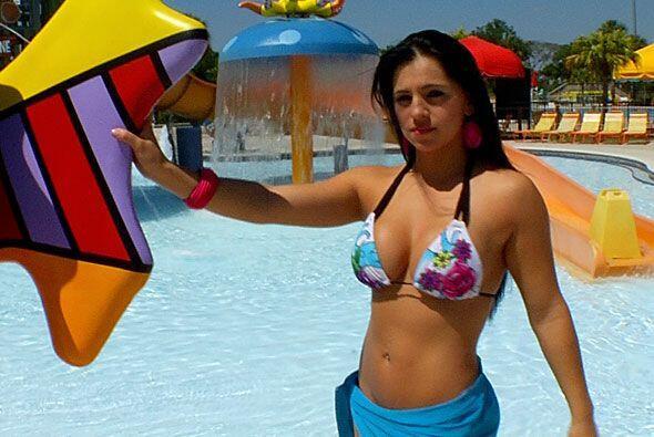 Ella es Luisa Olmos y quiere que votes por ella para ser Miss Colita.