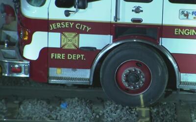 Choque entre un camión de bomberos y un tren de New Jersey Transit deja...