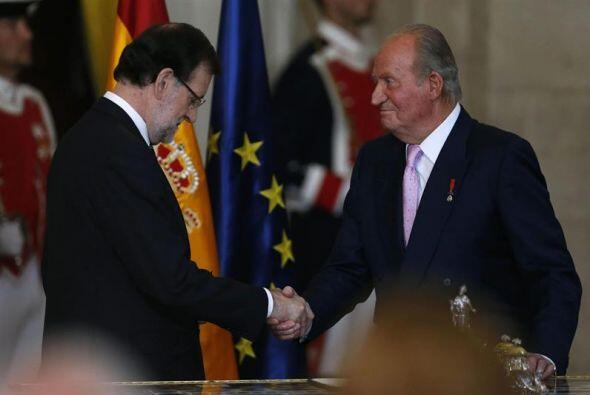 El Rey Juan Carlos estrecha la mano del presidente del Gobierno, Mariano...