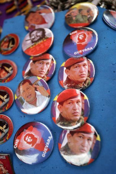 Botones de recuerdo de Hugo Chávez se venden en diversos sitios de Venez...