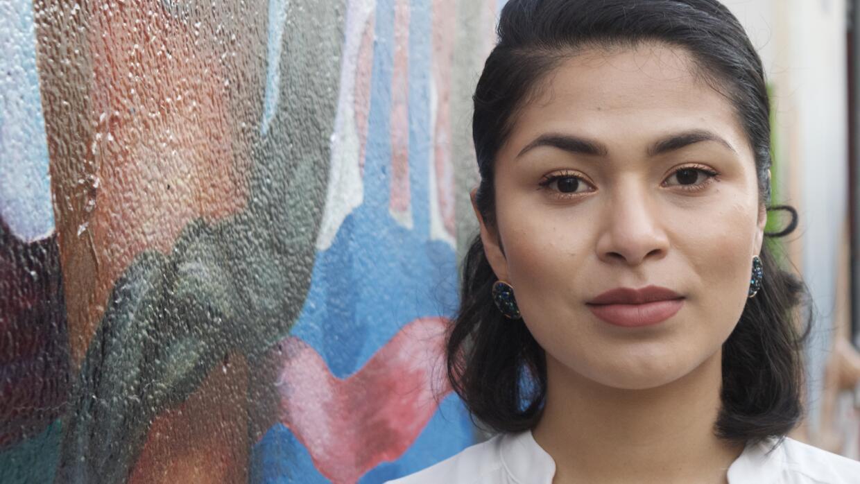 Reyna Maldonado recibe terapia somática de manos de una latina en un peq...