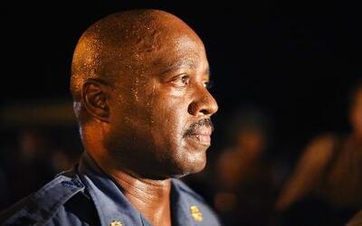 El policía que calmó una ciudad enardecida en Missouri