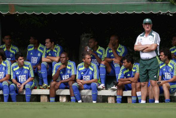 Felipe Scolari mira el entrenamiento de Palmeiras, en el 2010, año de su...