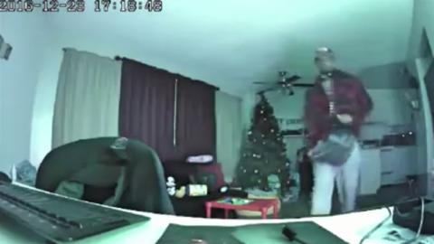 El ladrón fue captado por la cámara web.