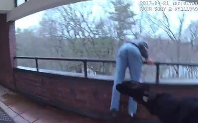 El momento en que un policía evita que un hombre salte de lo alto de un...