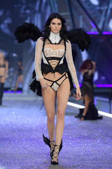 Mira a las modelos de Victoria's Secret cantar con Lady Gaga 'Million Re...