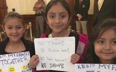 Niños muestran temor a ser separados de sus padres por la ley SB4