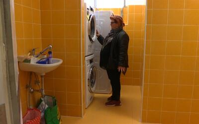 Esta es la 'lavandería de los pobres' que el papa Francisco abrió junto...