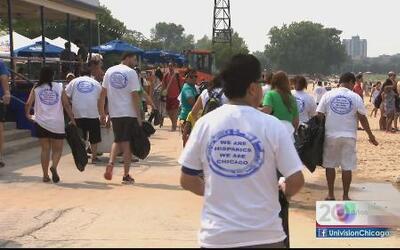 Hispanos voluntarios limpian área de la playa tras trifulca