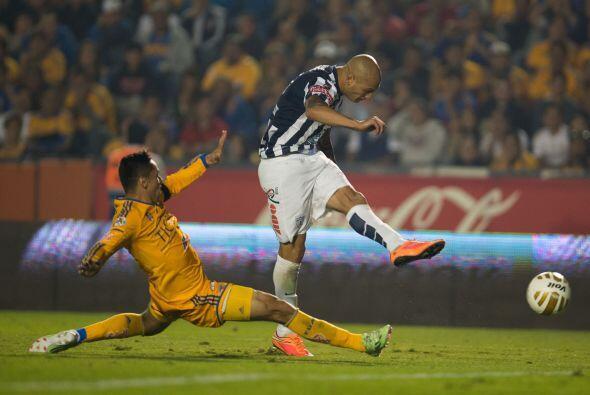 En un centro al área el argentino empujaría la bola con la espalda para...