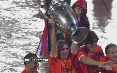 Hristo Stoichkov vuelve a alzar el trofeo de la Champions League en hono...