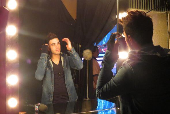 Víctor revisa su peinado antes de salir en cámara.