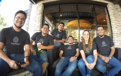 El equipo mexicano de Nucleus que lidera Juan José López (izq.) posa en...