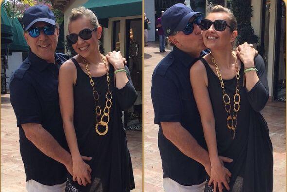 Pero la cantante también comparte fotos junto a su adorado esposo, Tommy...
