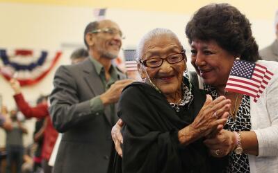 Maria Rosario Corrales abraza a su madre, Juana Hernandez de 101 a&ntild...