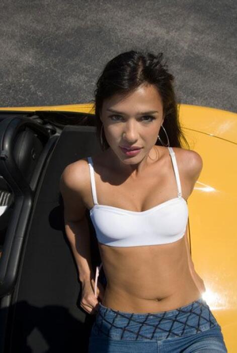 Ana Carolina de Fonseca 'jugó' con este Porsche Boxster amarillo. Dos be...