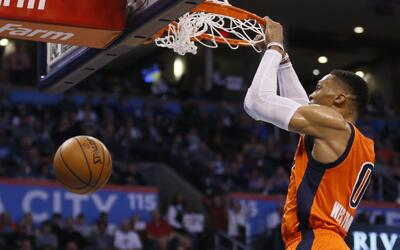 Russell Westbrook del Thunder de Oklahoma City completa la volcada en el...