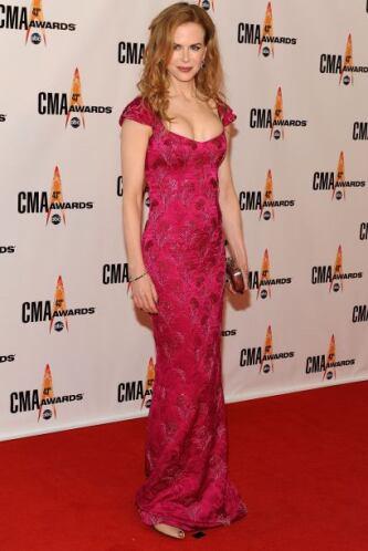 Como este entalladito vestido rojo que resaltó sus atributos y sus encan...