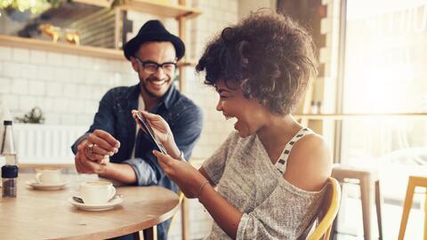 Entre risas y buen humor se fortalece una relación. ¿Ser&a...