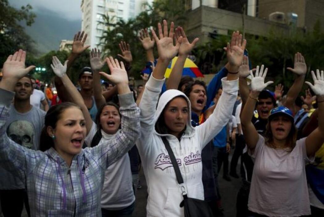 Un grupo de estudiantes durante la marcha convocada por la oposición ven...