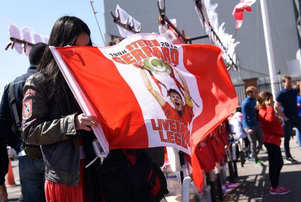 Las banderas y colores alusivos a los 'Reds' y a su mítico número '8' er...