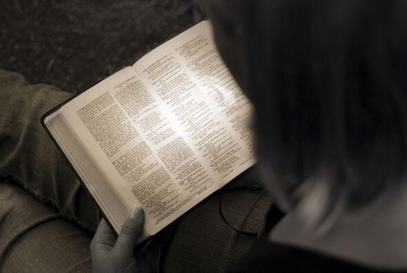Leer con luz tenue es dañino para tus ojos: mito. Usar tu vista c...