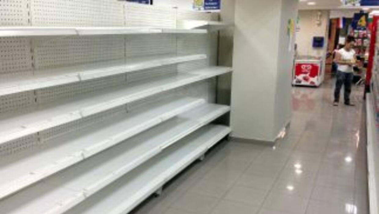 Los venezolanos tienen que enfrentar la escasez y los altos precios de l...
