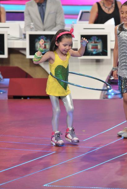 Tiene mucha habilidad para bailar con el hula-hula.