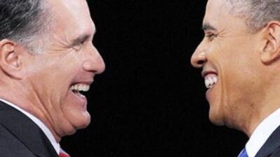 El candidato presidencial republicano, Mitt Romney, ríe junto al preside...
