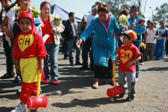 Niños vestidos de Chapulín Colorado afuera del Estadio Azteca. Las perso...