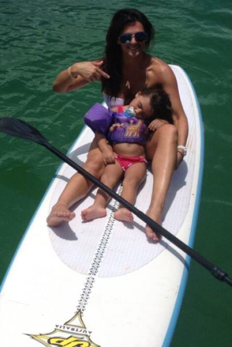 Realizó paddleboarding con sus hijas, aunque se quedaron dormidas. Mira...