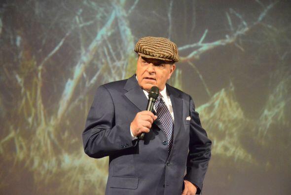 Desde hace años, Don francisco ha portado extravagantes sombreros...