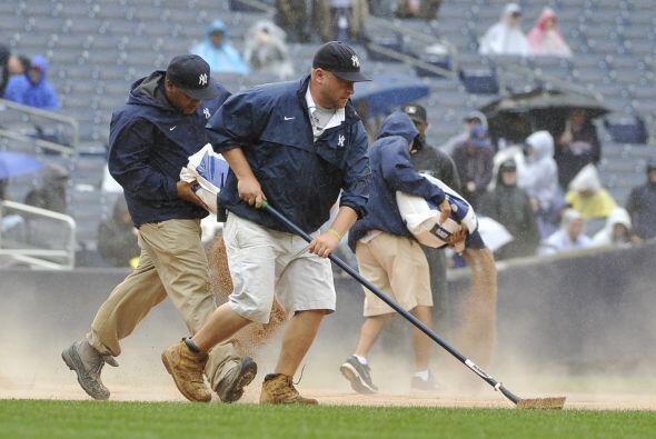 El equipo de mantenimiento trabajó a marchas forzadas debido a la lluvia.