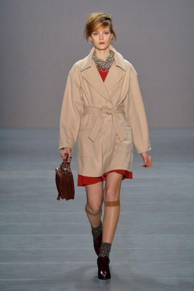 Un 'trench coat' con cuello en 'V' le dará un toque de juventud a tu 'lo...