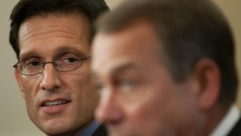 Los congresistas Eric Cantor (R-Virginia), líder de la mayoría en la Cám...
